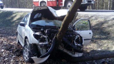 Photo of Wypadek w gminie Gomunice. Kierowca wpadł do rowu i uderzył w drzewo
