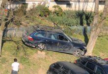 Photo of Kolizja na ul. Leszka Czarnego. Kierująca uderzyła w zaparkowane samochody i drzewo