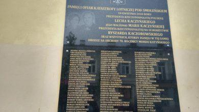 Photo of Tablica upamiętniająca ofiary katastrofy smoleńskiej na ścianie poczty