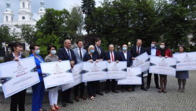 Photo of Wojewoda wręczył symboliczne czeki radomszczańskim samorządowcom