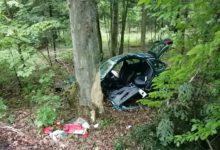 Photo of 21-latek uderzył w drzewo. Dwie osoby zostały ranne
