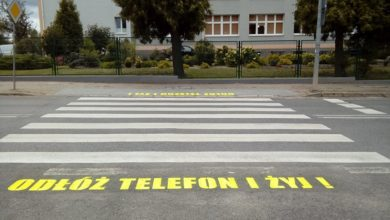 """Photo of """"Odłóż telefon i żyj!"""" – takie napisy pojawiły się przy przejściach dla pieszych w Radomsku"""