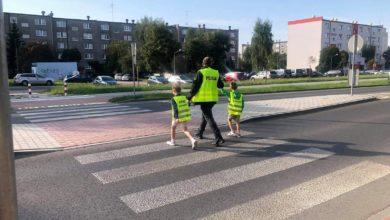 Photo of Policjanci uczą najmłodszych jak prawidłowo przejść przez jezdnię