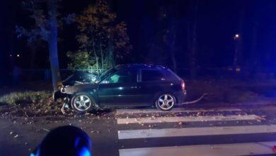 Photo of Wypadek na Brzeźnickiej. Pijany 24-latek wjechał w drzewo